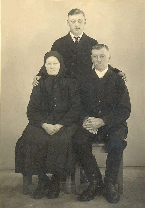 Johann Bretz mit seinen Eltern, August 1948